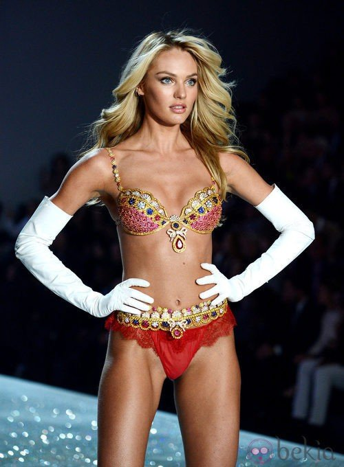 Candice Swanepoel con el Royal Fantasy Bra 2013 durante el Victoria's Secret Fashion Show 2013