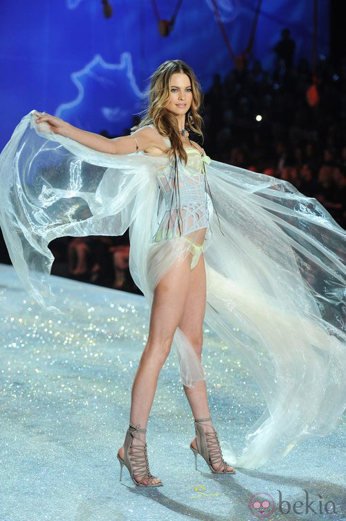 Behati Prinsloo durante el Victoria's Secret Fashion Show 2013