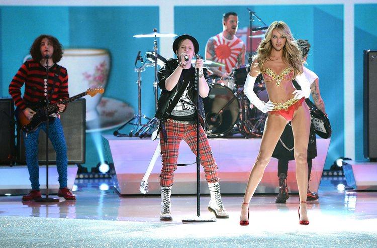 Candice Swanepoel y Fall Out Boy durante el Victoria's Secret Fashion Show 2013