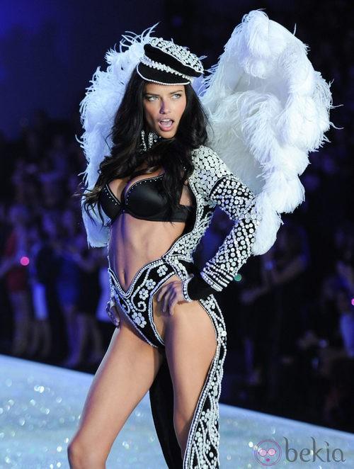 Adriana Lima durante el Victoria's Secret Fashion Show 2013