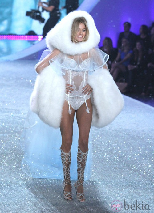 Doutzen Kroes desfilando durante el Victoria's Secret Fashion Show 2013