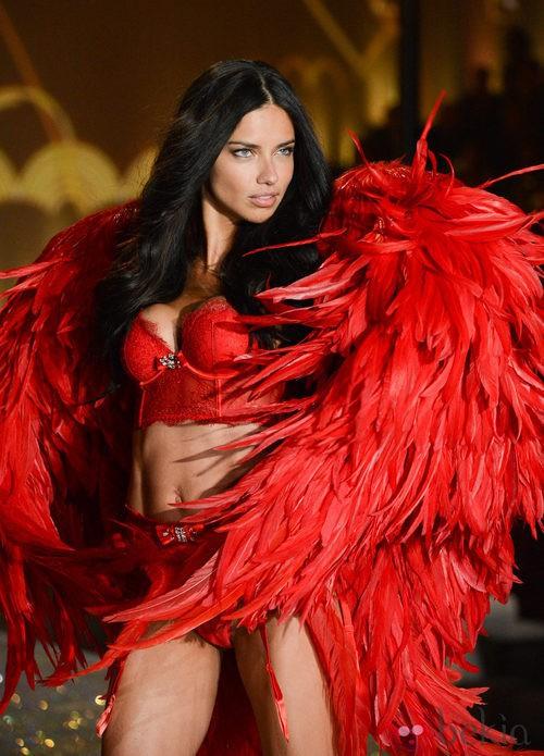 Adriana Lima desfilando durante el Victoria's Secret Fashion Show 2013