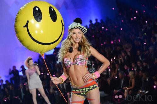 Jessica Hart durante el Victoria's Secret Fashion Show 2013