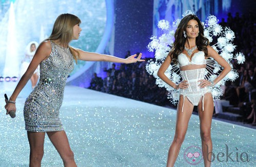 Taylor Swift y la modelo Lily Aldridge durante el Victoria's Secret Fashion Show 2013