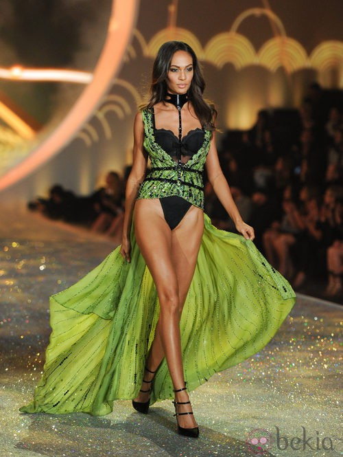 Joan Smalls durante el Victoria's Secret Fashion Show 2013