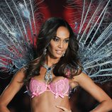 Joan Smalls desfilando durante el Victoria's Secret Fashion Show 2013
