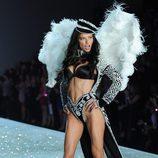 Adriana Lima posando durante el Victoria's Secret Fashion Show 2013