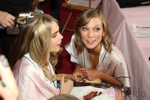 Karlie Kloss y Cara Delevingne en el backstage durante el Victoria's Secret Fashion Show 2013
