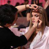 Cara Delevingne en el backstage durante el Victoria's Secret Fashion Show 2013