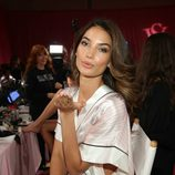 Lily Aldridge en el backstage durante el Victoria's Secret Fashion Show 2013