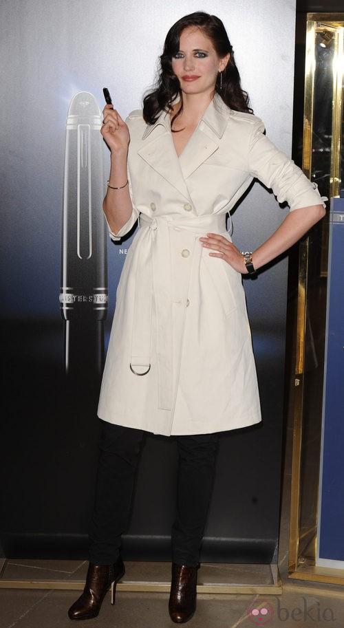 Eva Green con gabardina en un evento de Montblanc