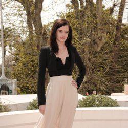 Eva Green con pantalón palazzo blanco