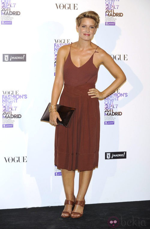 Tania Llasera con conjunto marrón en la Vogue Fashion's Night Out 2011