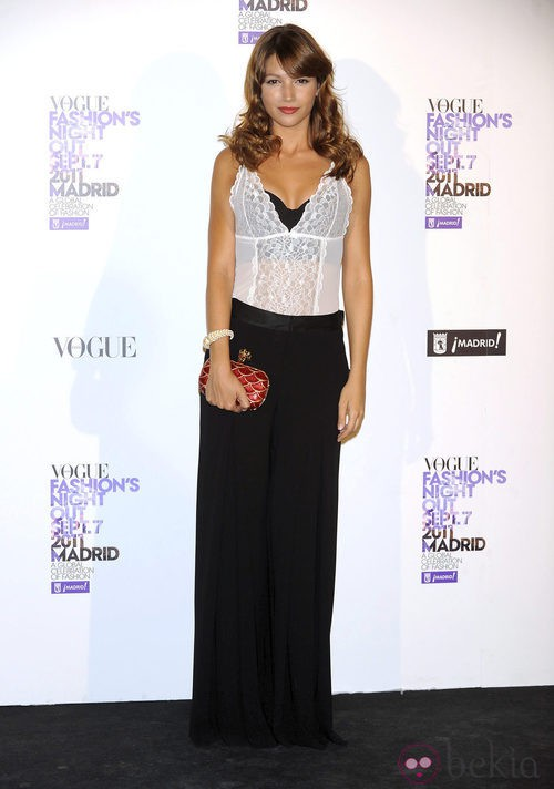 Úrsula Corberó con pantalón palazzo en la Vogue Fashion's Night Out 2011
