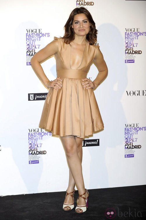 Ledicia Solá con vestido en tono bronce en la Vogue Fashion's Night Out 2011