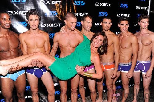 Modelos sin camiseta presenta la colección de 2(X)ist para verano de 2012