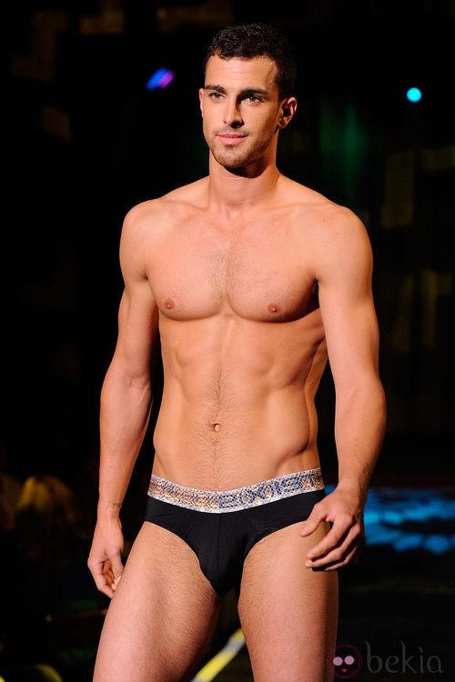 Modelo con el torso desnudo y calzoncillos negros de 2(X)ist para verano de 2012