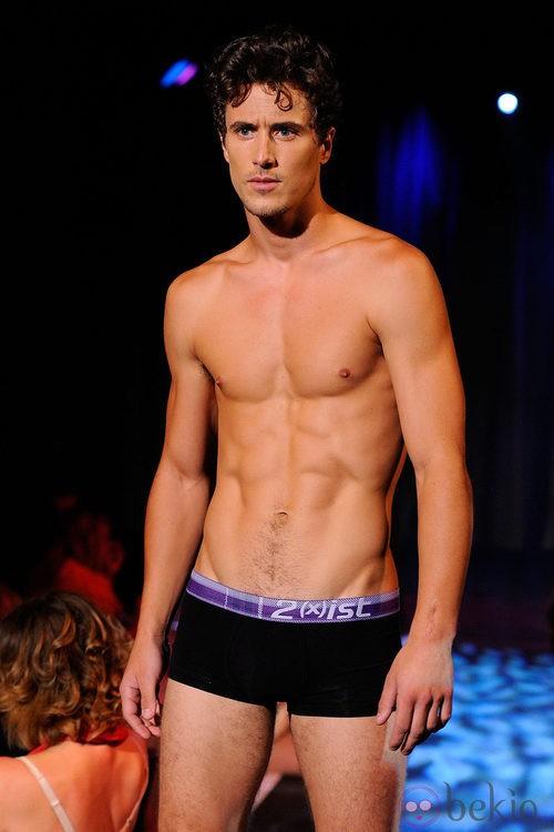 Modelo con torso desnudo y boxer negro de 2(X)ist para verano de 2012