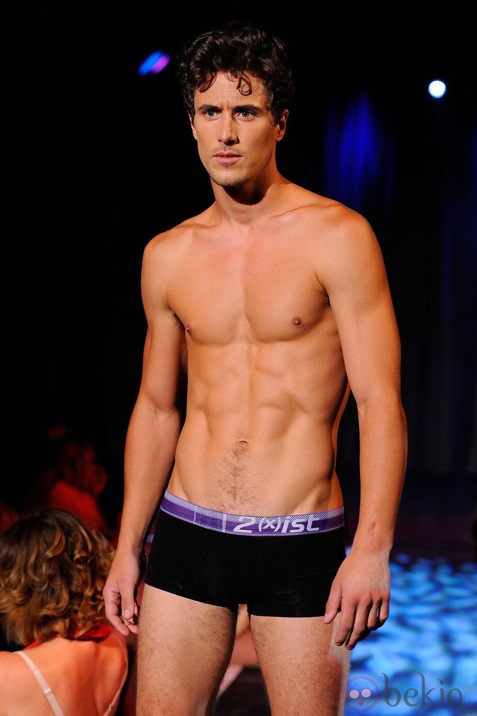 Modelo con torso desnudo y boxer negro de 2 x ist para for Ropa interior chico