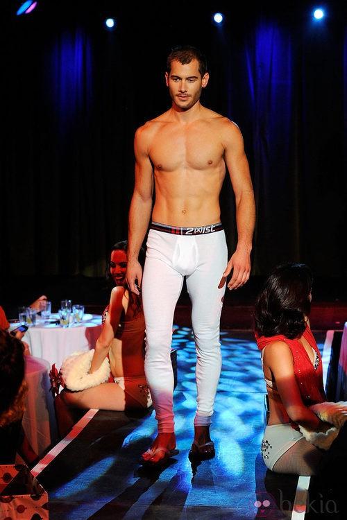 Modelo con torso desnudo y esquijama de 2(X)ist para verano de 2012