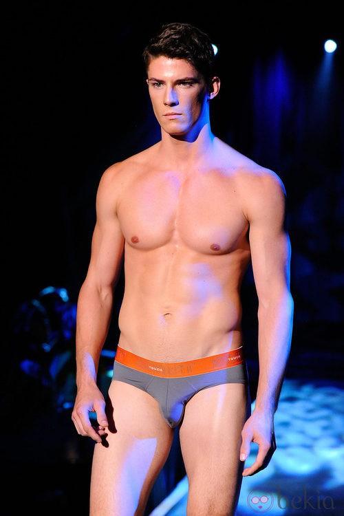 Modelo con calzoncillos de banda elástica naranja de 2(X)ist para verano de 2012