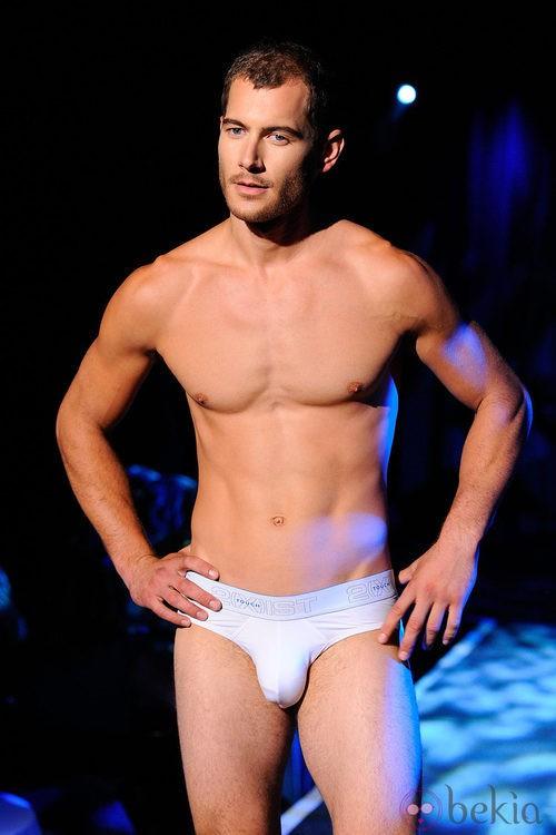 Slip blanco que resalta el torso desnudo de 2(X)ist para verano de 2012