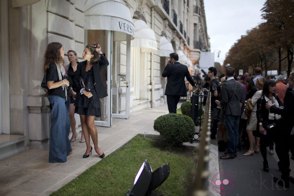 Ambiente en la entrada de Versace en la Vogue Fashion's Night Out de Paris