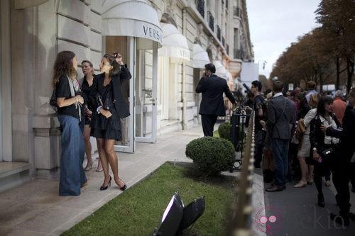 Ambiente en la entrada de Versace en la Vogue Fashion's Night Out de Paris