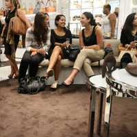 Asistentes a la Vogue Fashion's Night Out de Nueva York en la tienda de Michael Kors