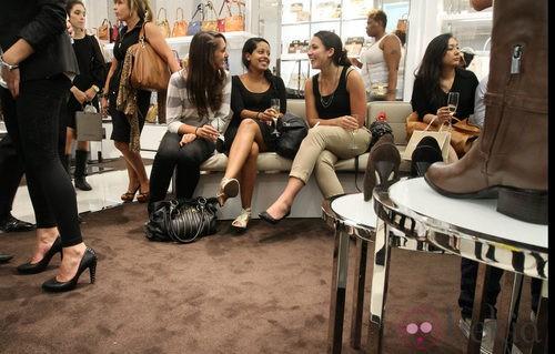 Asistentes a la Vogue Fashion's Night Out de Nueva York en la tienda de Michael Kors