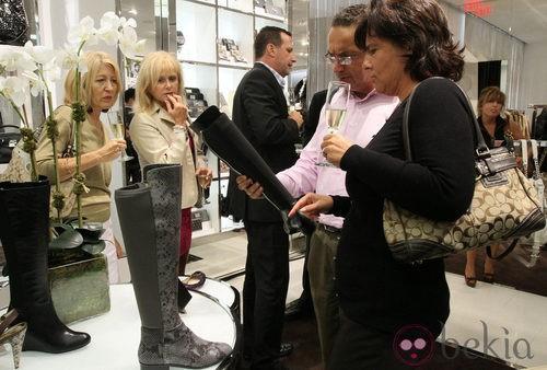 Gente interesada en unas botas de Michael Kors en la Vogue Fashion's Night Out de Nueva York