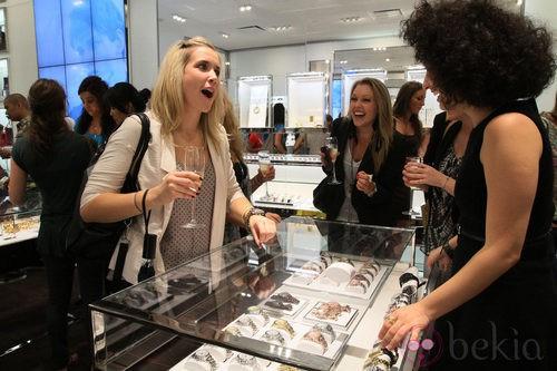 La tienda de Michael Kors repartió champán entre las asistentes a la Vogue Fashion's Night Out de Nueva York