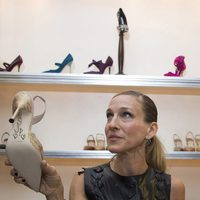 Sarah Jessica Parker firma zapatos de Manolo Blahnik durante la Vogue Fashion's Night Out 2011