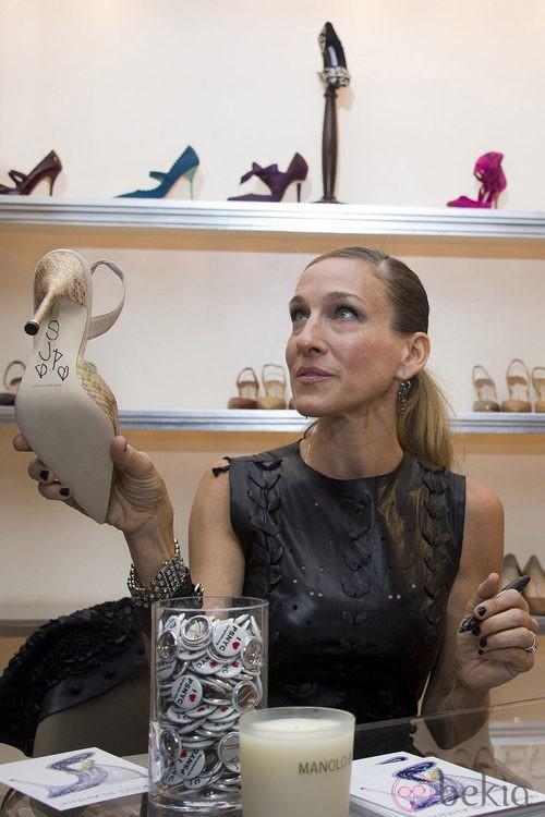 Sarah Jessica Parker firma zapatos de Manolo Blahnik durante la Vogue Fashion's Night Out 2011