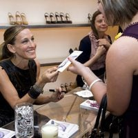 Sarah Jessica Parker firma zapatos de Manolo Blahnik durante la Vogue Fashion's Night Out de Nueva York