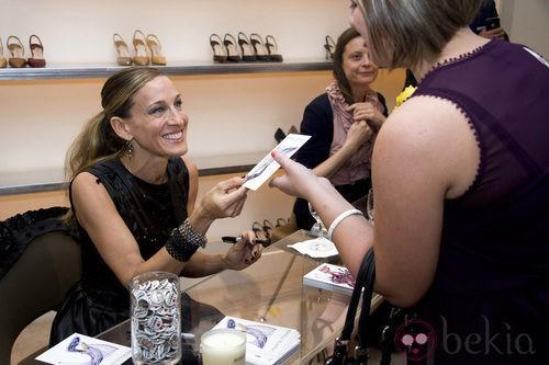 Sarah Jessica Parker firma zapatos de Manolo Blahnik durante la Vogue Fashion's Night Out de Nueva York