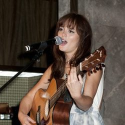 Leighton Meester canta en la Vogue Fashion's Night Out 2011 de Nueva York