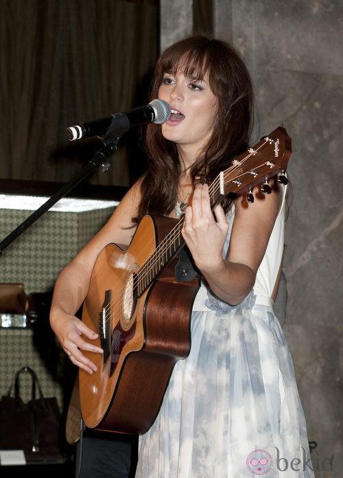 Leighton Meester canta en la Vogue Fashion's Night Out 2011 de Nueva York