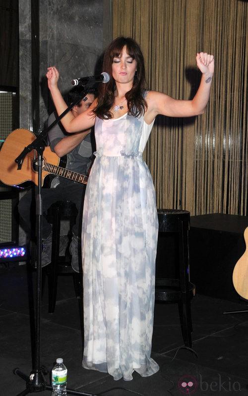 Leighton Meester actúa en Tiffany en la Vogue Fashion's Night Out 2011 de Nueva York