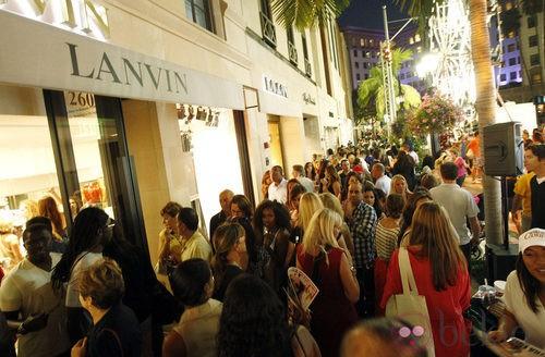Ambiente junto a la tienda de Lanvin durante la Vogue Fashion's Night Out 2011 de Beverly Hills