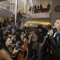Diane Von Furstenberg se dirige al público en la Vogue Fashion's Night Out 2011 de Nueva York