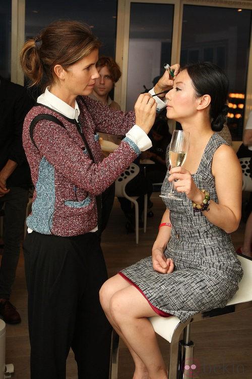 Gucci Westman maquilla a Veronica Wong en la Vogue Fashion's Night Out 2011 de Nueva York