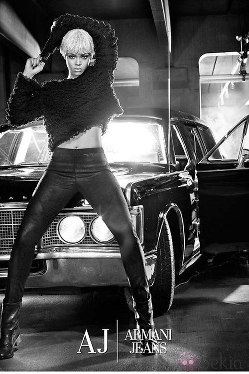 Rihanna protagoniza la campaña de Armani Jeans para otoño de 2011