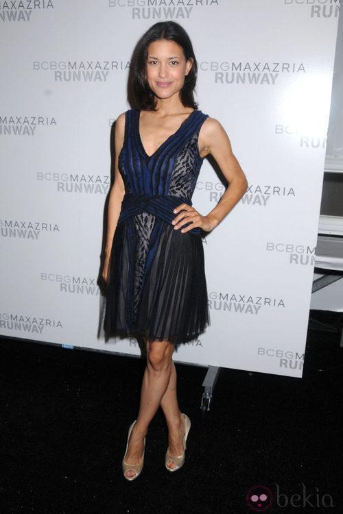 Julia Jones en el desfile de Max Azria en Nueva York, colección primavera/verano 2012