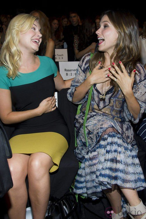 Elisha Cuthbert y Sophia Bush bromean en el desfile de Max Azria