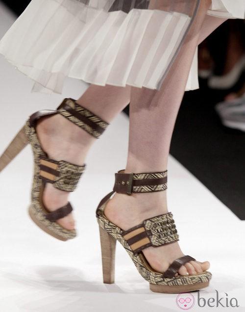Sandalias de inspiración étnica de BCBG Max Azria, colección primavera de 2012