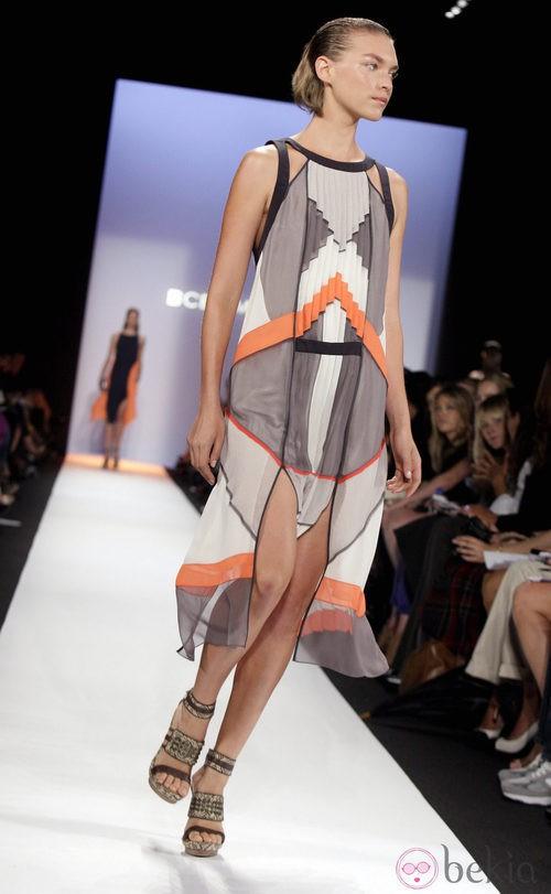 Diseño con plisado y aberturas frontales de BCBG Max Azria, colección primavera de 2012