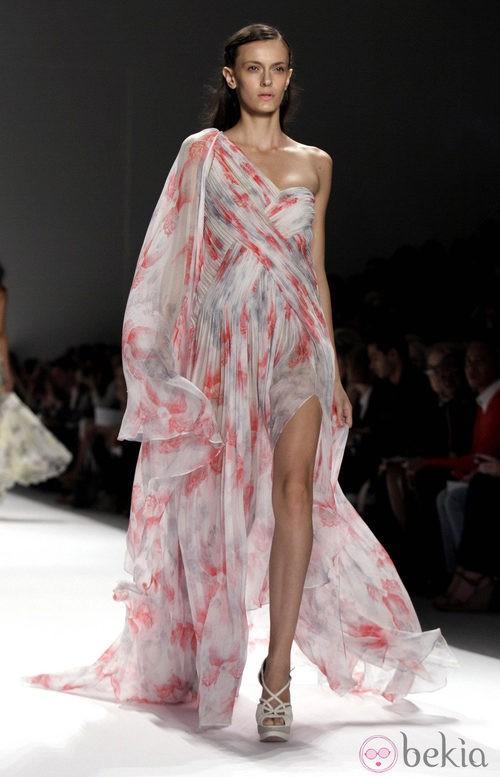 Vestido vaporoso con escote asimétrico de Tadashi Shoji, colección primavera de 2012
