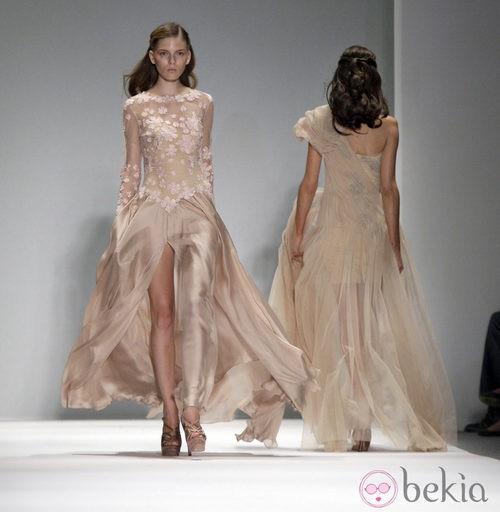 Vestido tono nude con abertura frontral de Tadashi Shoji, colección primavera de 2012