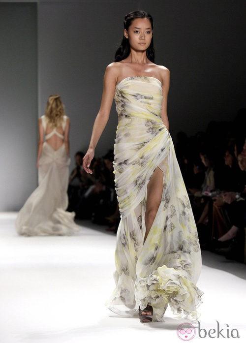 Vestido drapeado palabra de honor de Tadashi Shoji, colección primavera de 2012